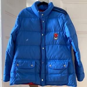 Snygg fjällräven jacka i ljusblå sälj då den inte används längre. Storlek är oklar men passar xs-s. Frakten ingår ej i priset lägg ett bud i kommentarerna