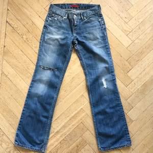 """De absolut snyggaste jeansen. Lågmidjade jeans från Levis i den ovanliga modellen """"Eve"""". Superfint skick! Säljer endast för ett hög bud."""