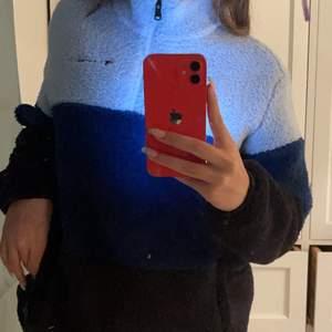 Säljer denna oandvända  blå teddytröjan, jätte mysig och fin