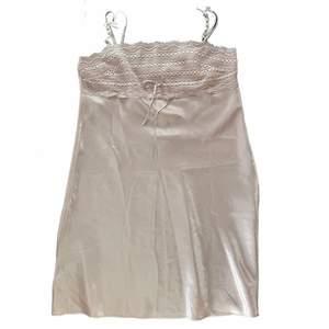 Vintage silkes lingerie klänning i storlek M, passar storlekar S-L. Klänningen kommer från det franska märket Darjeeling.