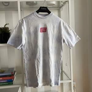 T-shirt med Tie-dye mönster från sweet sktbs. Använd fåtal gånger. Stor i storleken