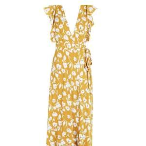 Fin omlottklänning ifrån Boohoo i storlek 40✨ Använd endast 1 gång.