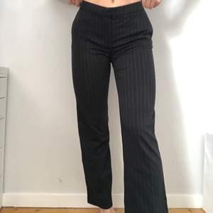 Säljer dessa byxor då jag ej använder de. Väldigt fint skick men jag gillar inte att midjan är låg och sedan tycker jag passformen är för kort. (Jag är 173cm) Vid övriga frågor hör av er!😁