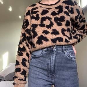 Säljer denna jättefina leopardiga stickade tröjan från hollister för 120kr +60kr frakt, köpte tröjan för ca 300kr, lite osäker, och tröjan går ej att köpa mer, tröjan är i small men passar även xs och medium (passar mig som har xxs,xs och small)