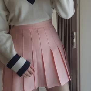 Fin tenniskjol från sidan chuu, aldrig använd men jättefin och har inbyggda underbyxor ❤️ Asiatisk storlek s, den passar bäst xs och s 🌟 Köpare står för frakten