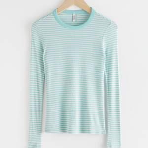 Slutsåld tröja från &OtherStories😍 Super fin till en vit kjol. Den är väldigt liten i storleken, så trotts att den är i L passar den mer som en S/M. Kontakta vid frågor!