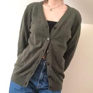 En grön kofta i bra skick 💗 Gjord av ull
