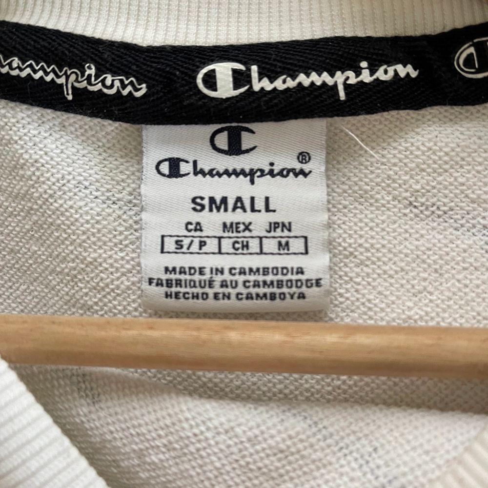Säljer denna fina champion crewneck då den är för liten. Knappt använd!. Tröjor & Koftor.