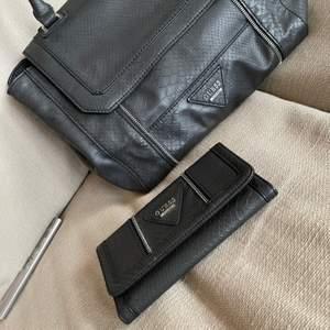 Äkta Guess handväska och plånbok. Super snygga för den som gillar mode. Som ni ser på bilderna så har silvret blivit rostigt men det syns knappt och där av priset för båda.