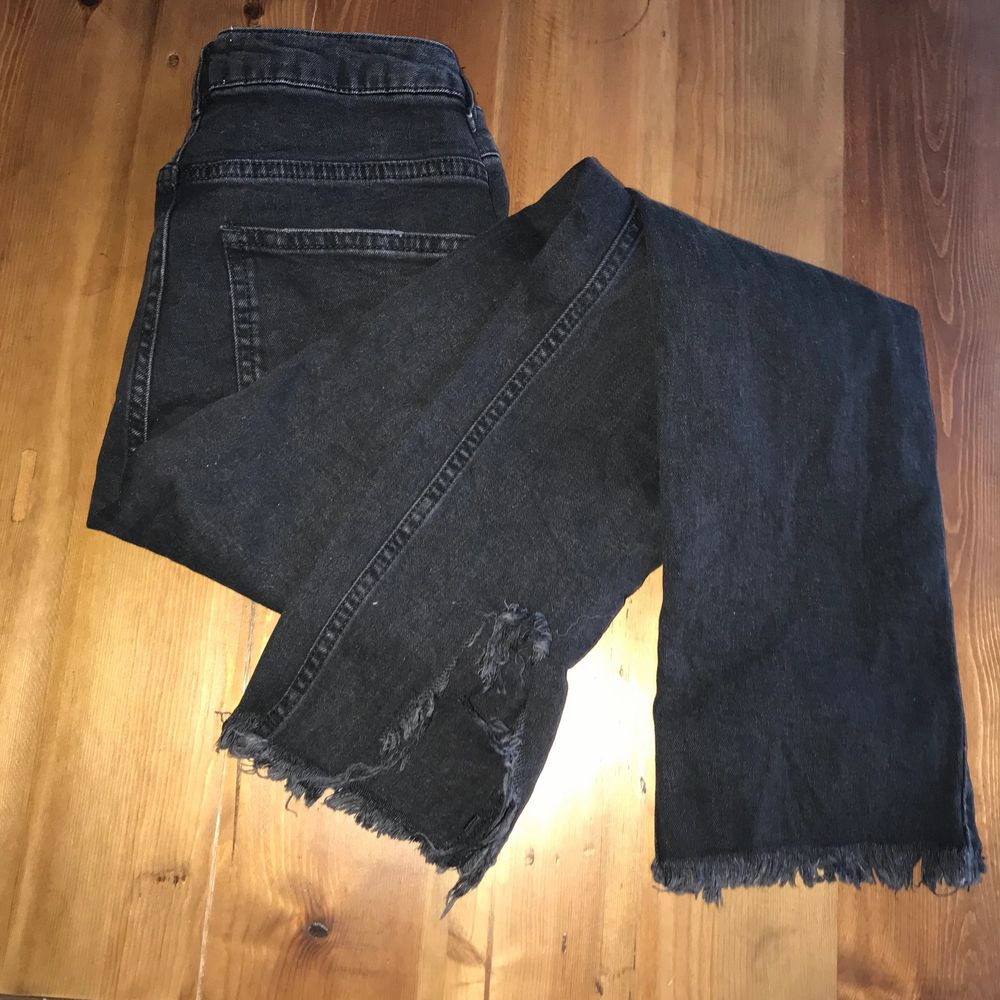 Nypris 499. Some moderate wear. Price reflects this. No holes, tears, rips aside from the original state of distress. No stains, snags, pilling. Smoke and pet free storage space. No other flaws to note. Disclaimer: Please expect some general wear in all secondhand pre-owned items as they have lived a previous life, so do not expect a mint item. . Jeans & Byxor.