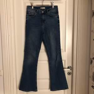 Ett par strechiga mellanblåa bootcut jeans från Ginatricot. Storlek M. Passar perfekt på mig som är 160cm. Köparen står för frakten. Om du köper alla mina tre bootcut jeans kostar det 175kr+frakt istället för 250kr+frakt.