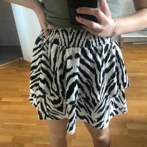 Volang zebra kjol från Gina Tricot🦓