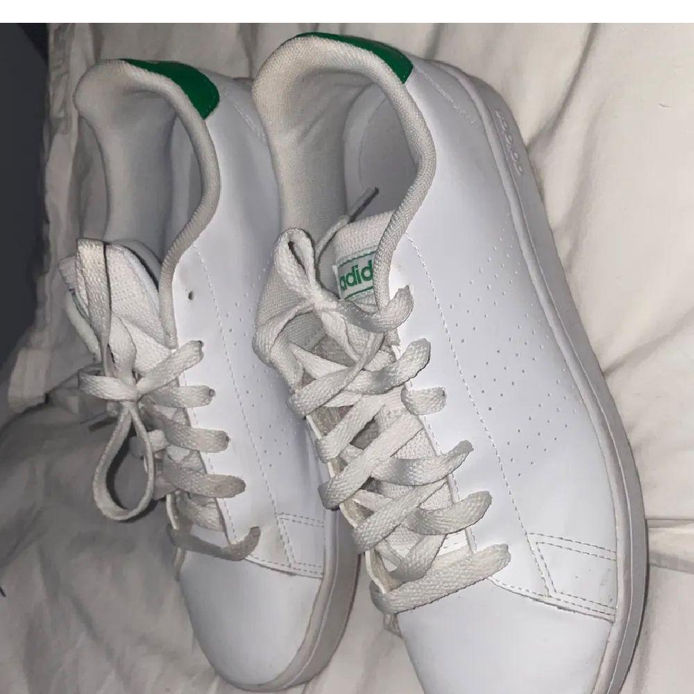 GÅR ATT BUDA TROTTS ATT DEN ÄR AVSLUTAD!Säljer dessa supersnygga grön-vita adidasskorna. Verkligen jättesnygga och passar till allt! I bra skick, rena och fina! Lånade bilder!! Dm vid intresse💜 . Skor.