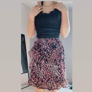 """Jätte fin sommar kjol med leopard mönster i lila rosa färg!💗 Använd ändas 1 gång! Kjolen är från märket Kids Up och är i barnstorlek """"140"""" men passar även på mig som har XS💕 Midjan är elastisk och kan därför passa som större storlek. Meddela mig för fler frågor!💗"""
