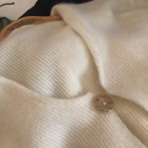 Kofta/ topp i Kashmir (tror jag)! Väldigt mjuk🌟 köpte som en vanlig tröja men har gjort om till en kofta 🤍