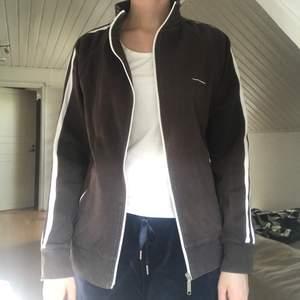 Brun tröja från French Connection strl L. Inga skavanker alls så därför är den i väldigt fint skick. Finns två fungerade fickor på magen med dragkedjor  79kr plus frakt   #dragkedja