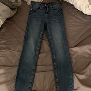 Jätte fina och bekväma jeans från bubbleroom, dom är aldrig använda och är i storlek 40
