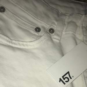Hejsan:) jag säljer vita skinny jeans hög midjade helt nya och aldrig använda från lager 157 storleken:M 50kr och såklart helt gratis frakt 🚚 📦