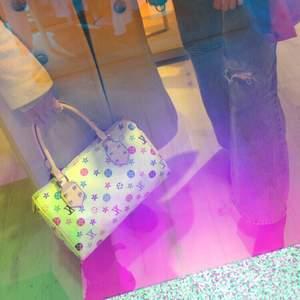 En superfin kopia på Louis Vuitton iconic väska med färgglatt mönster 💕💘 Så snygg, fin kopia som är stabil och som ny! Ganska stor, kan bära en hel del ✨ Jättefint skick, knappt använd, väldigt fräsch inuti 🎀💚💙
