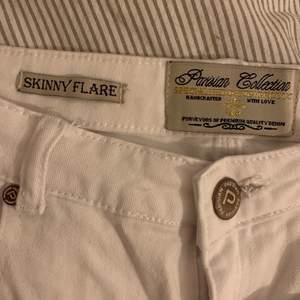 Super nice bootcut/flare jeans! Den vita modellen är helt utsåld men på andra bilden kan man se ungefär hur de sitter på(samma jeans men Anna färg). Säljer då de är lite korta (jag är 174cm).