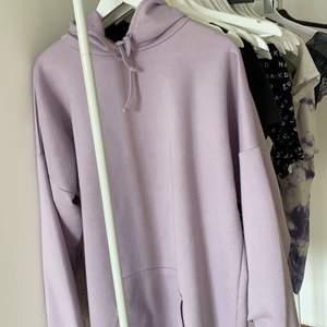 Lila superfin overzize hoodie ifrån bohoo. Strl M men den är overzize somsagt. Superskön och fin🥰