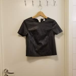 Cool topp med snörning i ryggen från H&M. Materialet är i imiterar läder och är i storlek 34.  Kan hämtas upp i Stockholm Flemingsberg eller så betalar köparen för frakt. Jag samfraktar gärna 😊