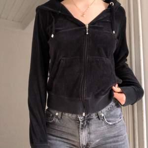 Jättefin fleece/tröja från Cubus! Passar till allt och är väldigt bekväm. Står inte för postens slarv!