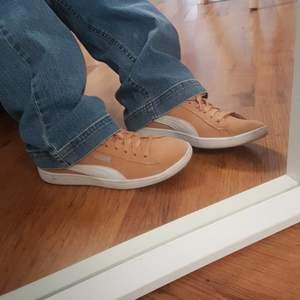 Skit snygga peach färgade puma skor. Inte alls använda ute hade dem några gånger som inneskor i skolan för dem va Verkeligen så sköna. Säljer direkt för 150 kr. Perfekt skick.