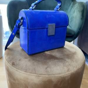 En jättefin väska, passar nu till sommaren . Väskan köptes för 350kr säljer för 250kr. Om ni har fler frågor kontakta mig privat.❤️