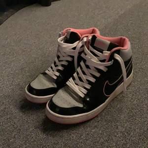 Säljer mina Nike skor då dom tyvärr är lite förstöra så kommer ej till användning. Bra second hand skick