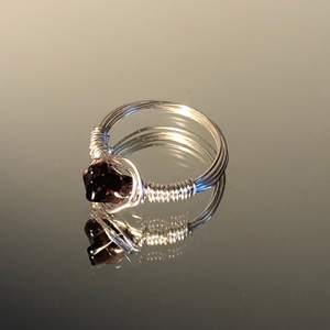 Handgjord ring av mig. Innerdiameter är 18 mm. Det är en mörklila syntetisk sten (inte imitation). (Den är silverpläterad, så undvik att tvätta händerna med den på) Köparen står för frakt (12kr). Betalning sker via Swish.
