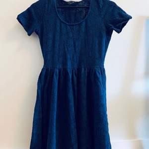 Sommar blå kort klänning från Dorothy Perkins , Storlek UK 10, EU 38 (känns något mindre)   Avhämtning i Norra Djurgårdsstaden eller post vid fraktbetalning, Tar gärna Swish