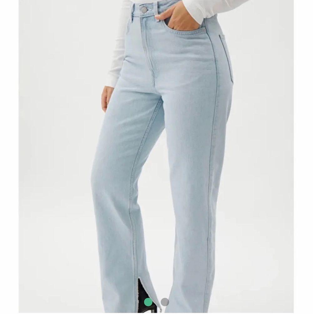 Superfina ljusblåa jeans med slits, använda fåtal gånger och är i bra skick! Nypris 600 kr☺️ skickar egna bilder privat💕. Jeans & Byxor.