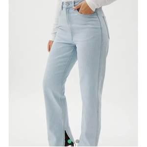 Superfina ljusblåa jeans med slits, använda fåtal gånger och är i bra skick! Nypris 600 kr☺️ skickar egna bilder privat💕