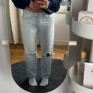 Jätte snygga ljusblåa jeans som inte är använda jätte mycket. Passar för personer för Xs-M beroende på hur du vill att dom ska sitta. Buda