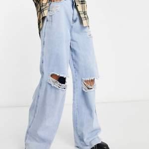 Svinsnygga ljusa jeans från missguided tall. Använda två gånger. I nyskick. Lite tunnare jeans som passar bra till våren och sommaren. Lite ljusare i verkligheten.  (Jag är 1.81 m och de slutar precis vis mina skor)