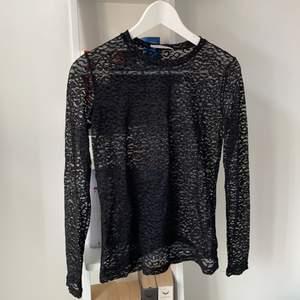Svart, tight och leopardmönstrad (genomskinlig) tröja från samsoe samsoe. Köpt för några år sedan för 1100kr men väldigt sällan använd, den är i superfint skick! Storlek xs men känns som s.