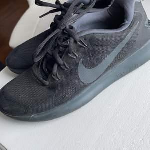 Nike free Run skor. Super fräscha då det bara är använda ett fåtal gånger. Supersköna skor