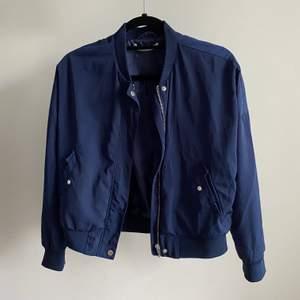 Perfekt vårjacka🌸 En mörkblå bomber jacka från ginatricot, köpt för 399kr. Storlek XS, använd några få gånger bara så i jättebra skick☺️