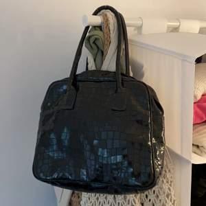 Svart handväska, med trasig dragkedja som säkert går att laga själv💓