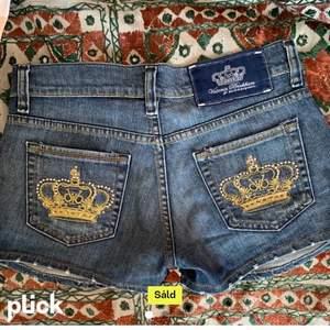 Säljer dessa svin snygga lågmidjade Victoria Beckham shorts med kronor och stenar på bakfickorna!🥰Dom är köpta här på plick men passade tyvärr inte som jag ville. Kontakta gärna mig om ni är intresserade eller undrar något!💗