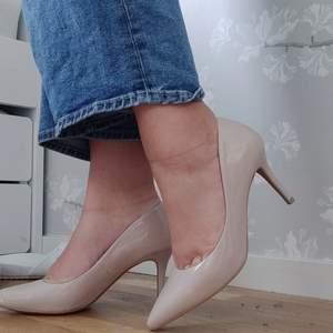 Nude heels från H&M! Använde dom bara en gång och tyvärr så passar dom inte mig, hence varför jag säljer dom 😅 Köparen står för frakt