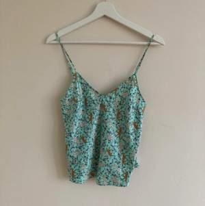 Finaste linnet från Victoria Secret i siden likande tyg. Storlek XS men skulle säga att den passar både S-XS :)