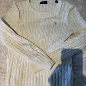 Vit kabelstickad tröja från gant, säljer då den inte kommer till användning längre!🤍 bra skick