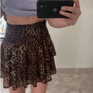 Säljer denna super söta leopardkjol, använd ytterstå få gånger, jättebra skick!💕storlek xs, men passar både s och m också då den är stretchig i midjan!