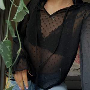 sååå fin blus som jag aldrig använt då den inte kändes som min stil, storlek 36 från Na-Kd ❤️