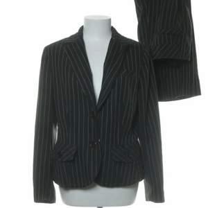 Säljer en jättesnygg kostym från Kappahl jag köpt på Sellpy. Kostymen står att den är i L/44 MEN är som en S/M. Vid intresse kan jag skicka fler bilder hur den sitter på osv🥰