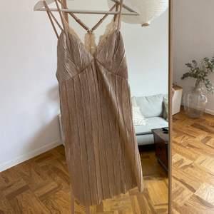 Så fin klänning i strl XS från ett varumärke som heter J.O.A inköpt på Nakd säljes då den ej kommer till användning!