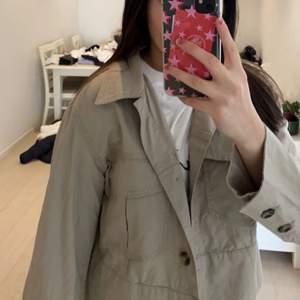 Beige jacka från Dobber i storlek M. Säljs pga att den inte används. Priset kan diskuteras :)