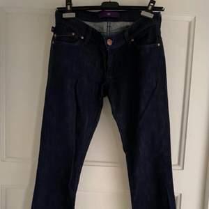 Härliga blåa jeans, från Victoria Beckham. Tyvärr vet jag inte exakta storleken, men ungefär/cirka storlek 32/34. Jätte bra kvalitet, fint märke och fint skick!